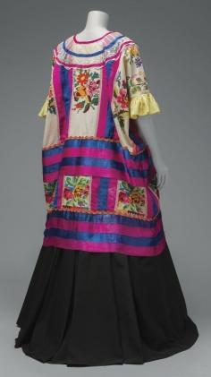 Sus vestidos de tehuana –una colorida vestimenta procedente del estado de Oaxaca que la artista convirtió en su atuendo distintivo, estaban cargados de simbolismo