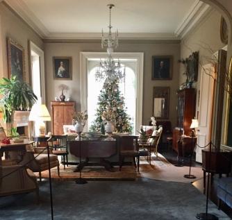 Interior de la Mercer-Williams House, posiblemente la casa más famosa de Savannah. En este salón ocurrió el crimen protagonista del libro de John Berendt, Midnight in the Garden of Good and Evil